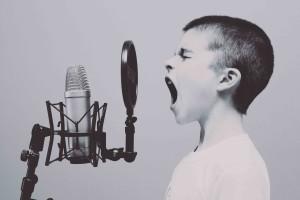 Børn samarbejder - nogen gange i form af at råbe forældrene op