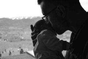lad-storebror-maerke-adgang-til-mor-mens-far-og-lillesoester-skaber-en-staerk-relation