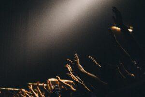 hænderne op !